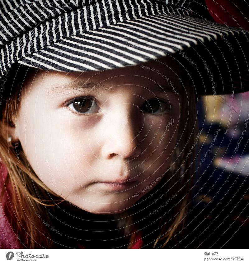 Joanna III Porträt Mädchen Kind wach süß schön bezaubernd Licht Mütze Kleinkind Blick Gesichtsausdruck Dynamik Natur Schatten