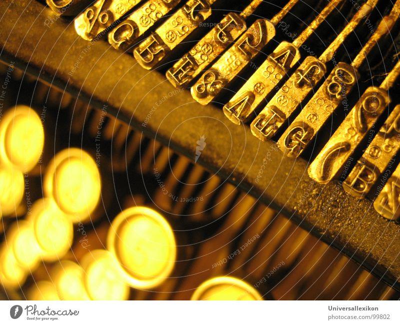 Ansichten von ORGA / 1 Schreibmaschine Buchstaben Makroaufnahme Nahaufnahme Kommunizieren gold alt berühren