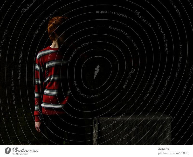 dunkelmensch Mensch Jugendliche rot dunkel Angst Streifen Dinge geheimnisvoll Tunnel Typ Kiste gestreift rothaarig
