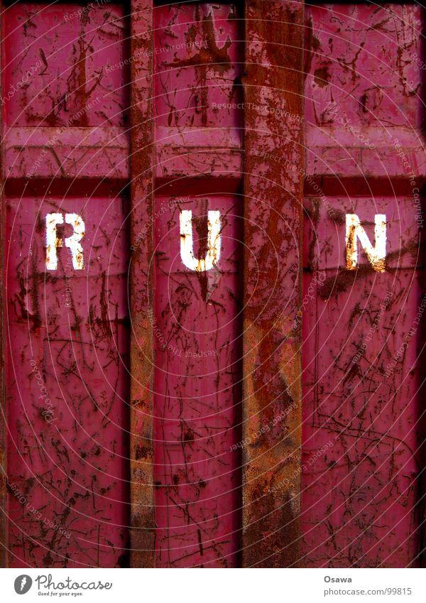 Imperativ alt rot Farbe Wand braun laufen Schriftzeichen violett Information Buchstaben verfallen Stahl Rost Container Mitteilung Kratzer
