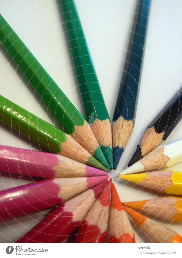 unterbrochener farbkreis Farbe Holz Zusammensein verrückt mehrere Kreis Spitze Dinge streichen viele zeichnen Schreibstift Regenbogen Haufen Farbstift Wurfspieß