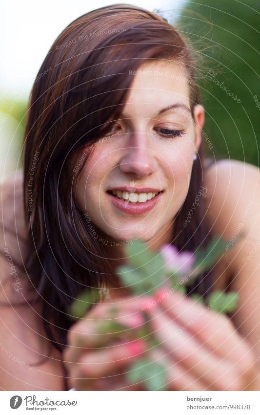 flower girl Mensch Frau Jugendliche Sommer Junge Frau Blume Freude Mädchen 18-30 Jahre Erwachsene Gesicht Wiese feminin Frühling Glück Garten