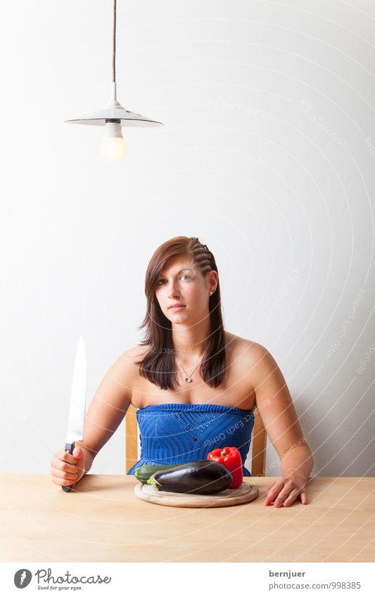 Gemüsetag Mensch Frau Jugendliche blau Junge Frau Mädchen 18-30 Jahre Erwachsene feminin Gesundheit Lampe Lebensmittel authentisch sitzen frisch genießen