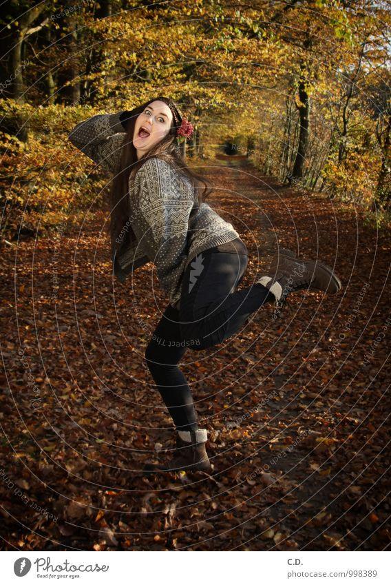 100 yeah! Junge Frau Jugendliche 18-30 Jahre Erwachsene Herbst Schönes Wetter Blume Wald Pullover stehen frech Fröhlichkeit Glück einzigartig lustig trashig