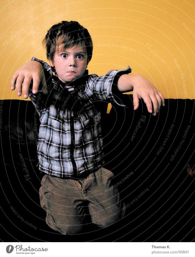 Zombie Kind Gesicht Junge Raum Arme Fernsehen Sofa Medien gestellt Weste z untot