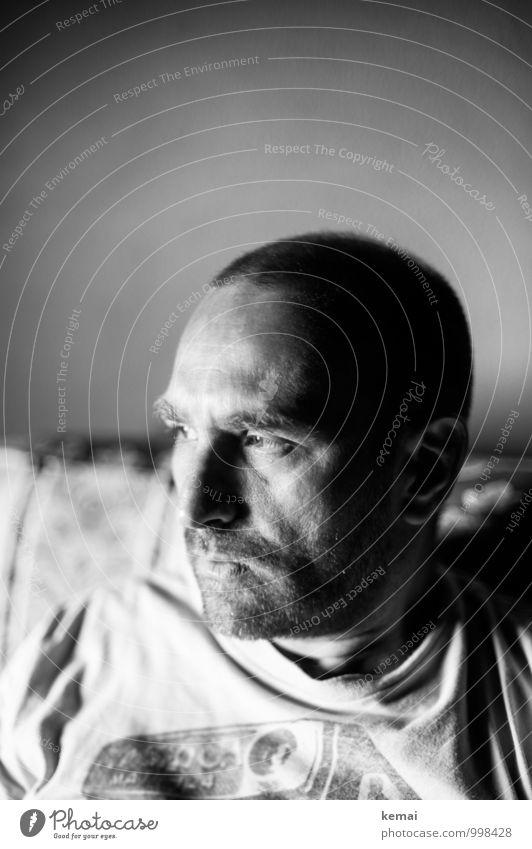 Stiller Moment Lifestyle Häusliches Leben Wohnung Mensch maskulin Mann Erwachsene Kopf 1 30-45 Jahre Denken Blick sitzen Coolness dunkel Gefühle Gelassenheit