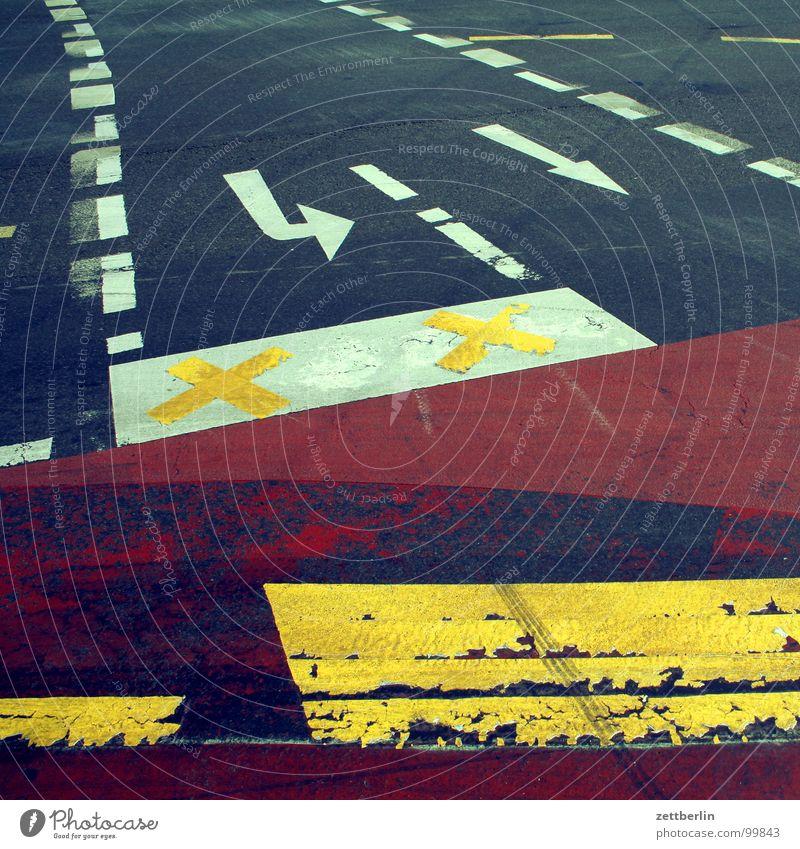 Wege Fahrradweg Asphalt gelb rot weiß abbiegen Richtung Richtungswechsel stoppen Fahrbahn Fahrbahnmarkierung Strichellinie Verkehrswege Detailaufnahme Pfeil