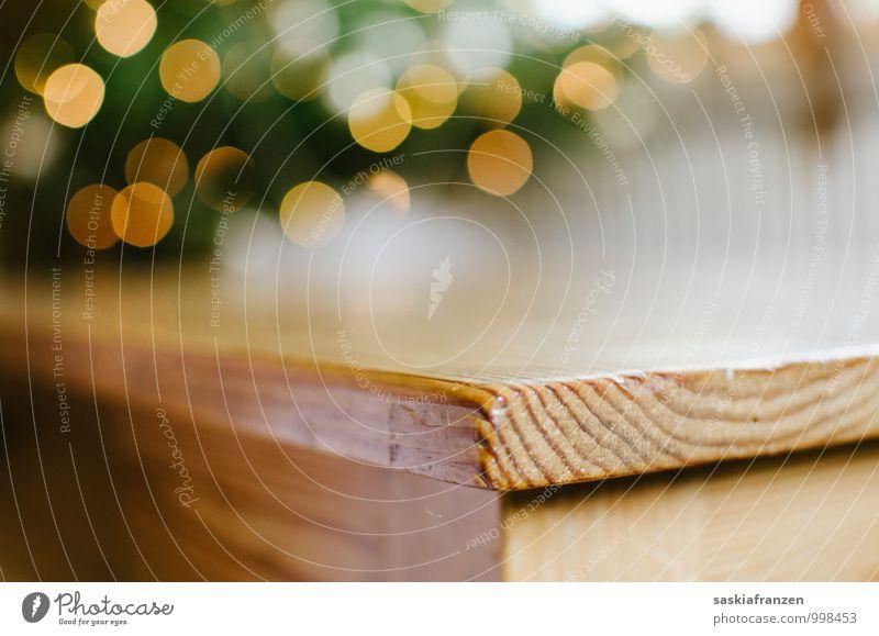 On the edge. Holz ästhetisch eckig einfach glänzend nah Wärme weich Tisch Tischplatte Tischkante Holztisch Lichterkette Farbfoto Innenaufnahme Nahaufnahme
