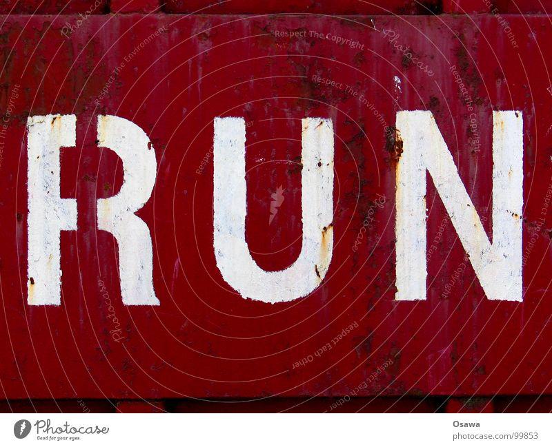 RUN alt rot Farbe Wand braun laufen Schriftzeichen violett Information Buchstaben verfallen Stahl Rost Container Mitteilung Anstrich
