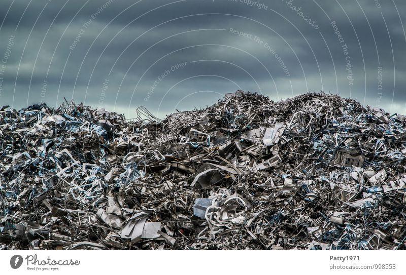 Schrott Energiewirtschaft Erneuerbare Energie Industrie Recycling Schrottplatz Aluminium Blech Altmetall Metall dunkel kaputt Surrealismus Umweltverschmutzung