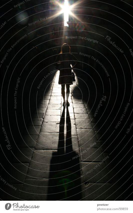 Venezia Venedig Italien Gegenlicht Sonnenuntergang Gasse Silhouette Verkehrswege Frau venezia Wege & Pfade Schatten Gang