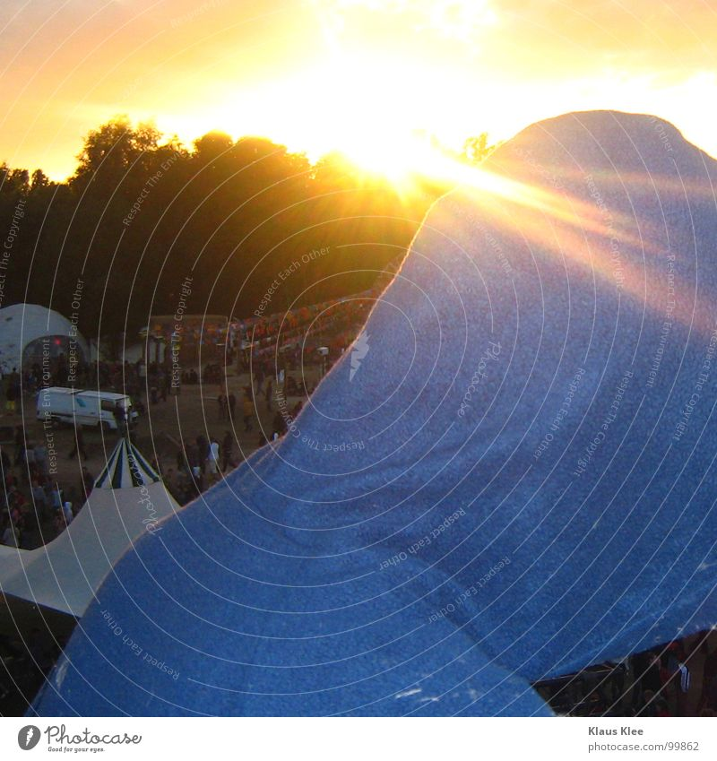 REGEN AUF DER FUSION Überstrahlung Zelt Vogelperspektive Party Baum Mann Freude Club Konzert Musik Sonne Kapuze Musikfestival Mensch PKW rückwärts Rücken