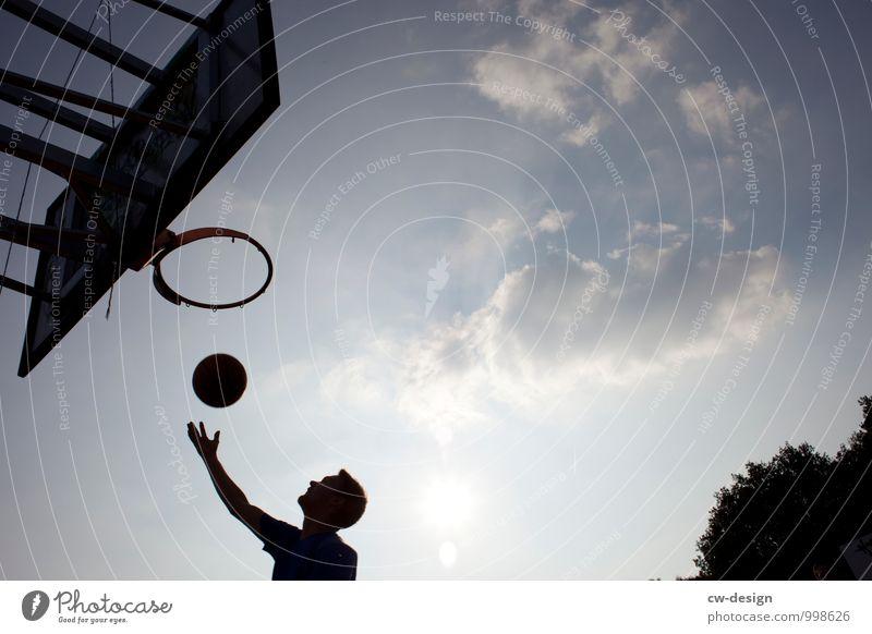 Das Runde muss ins Runde Mensch Jugendliche Mann Junger Mann 18-30 Jahre Erwachsene Leben Bewegung Spielen maskulin Erfolg Lebensfreude sportlich Basketball