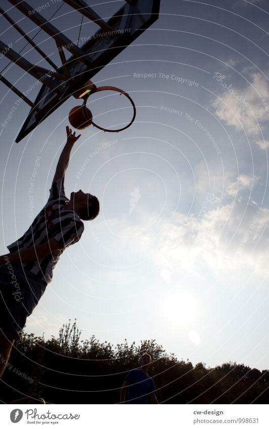 Korbleger Mensch Jugendliche Mann Sommer Junger Mann Freude 18-30 Jahre Lifestyle Erwachsene Leben Sport Glück fliegen Zufriedenheit Freizeit & Hobby springen