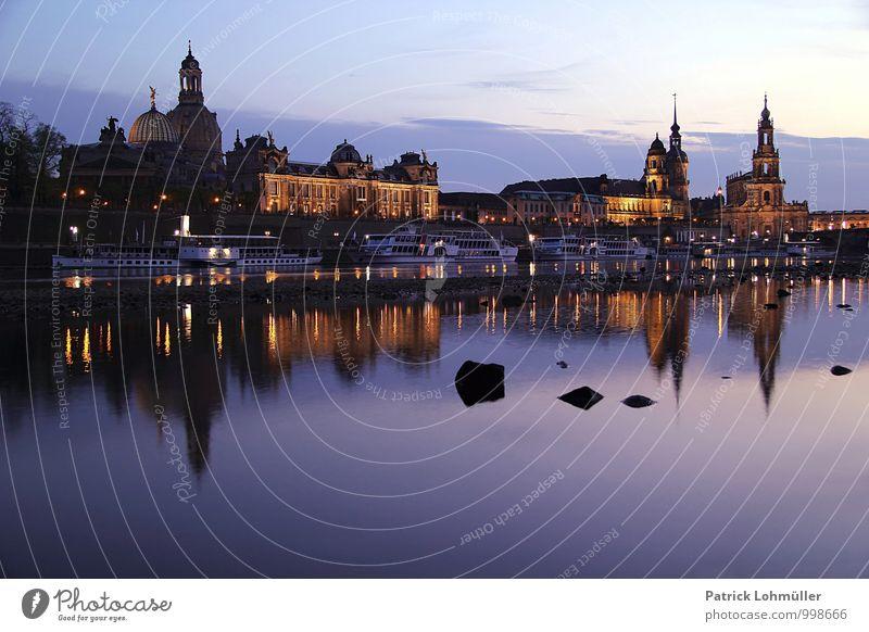 Dresden bei Abenddämmerung Architektur Umwelt Wasser Himmel Flussufer Deutschland Europa Hauptstadt Stadtzentrum Altstadt Skyline Kirche Bauwerk Gebäude
