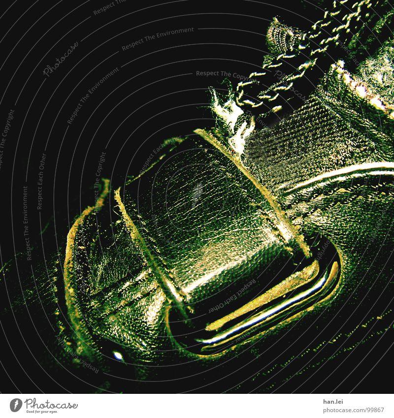 Schuh Bekleidung Stoff Leder Schuhe alt laufen Schnalle Reißverschluss Naht Grünstich Schuhbänder Neonlicht Zunge grünlich Gift Farbfoto