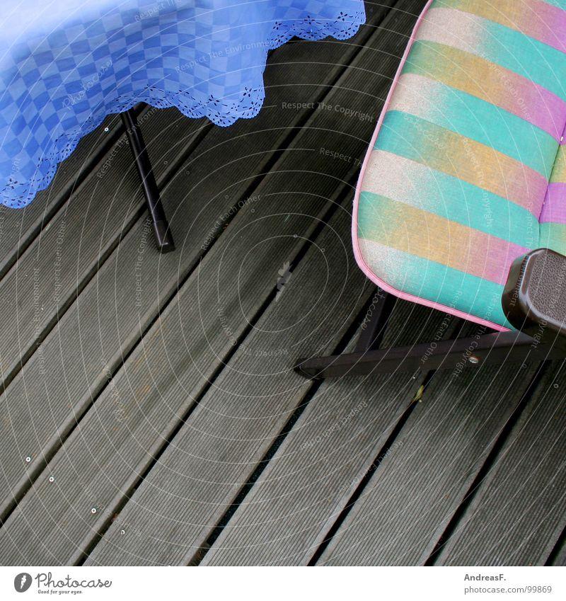 Balkonurlaub blau Sommer Ferien & Urlaub & Reisen Erholung Holz Wärme Tisch Pause Physik Möbel Balkon genießen Holzbrett Terrasse kariert gestreift