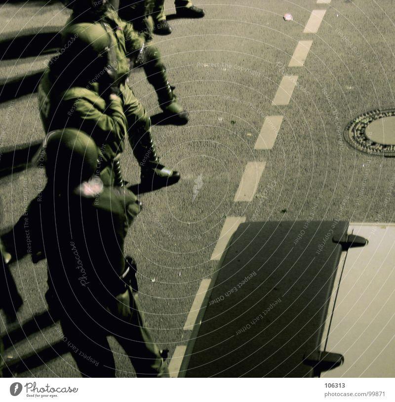 IN THE HEAT OF THE NIGHT ruhig Straße Helm warten Polizei Polizist Beamte Einsatz mehrere Straßensperre Schutzanzug Kampfanzug G8 Gipfel Demonstration