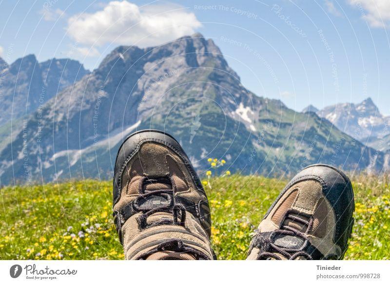 Verdiente Rast ruhig Freizeit & Hobby Ausflug Sommer Berge u. Gebirge wandern Sport Klettern Bergsteigen Fuß Wanderschuhe genießen Abenteuer Erholung erleben
