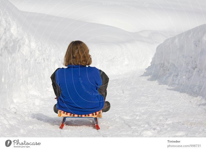 Rodelpartie Frau blau weiß Erholung Freude Winter Erwachsene Schnee feminin Sport Freizeit & Hobby Idylle 45-60 Jahre Geschwindigkeit abwärts Wintersport