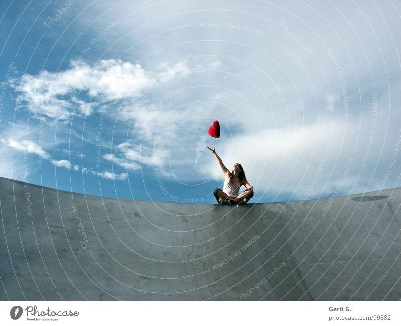 what goes up... Frau Junge Frau fangen berühren schlechtes Wetter Wolken Örtlichkeit Schuhe Chucks grau rot fliegen Schweben Symbole & Metaphern Kissen Herz