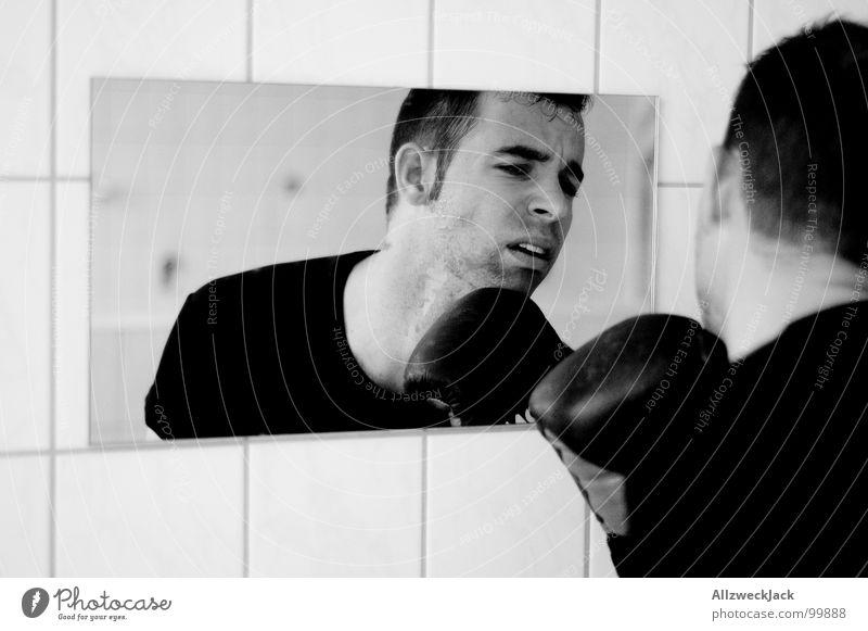 Schadenskontrolle Mann Bad Spiegel Schmerz Boxsport Lautsprecher kämpfen Faust Handschuhe verlieren schlagen Kampfsport Kinn Züchtigung Waschhaus Niederlage