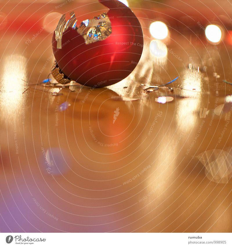 Scherben bringen Glück Weihnachten & Advent Kultur Dekoration & Verzierung Glas Zeichen glänzend kaputt rot verlieren Kugel Christbaumkugel Licht runtergefallen