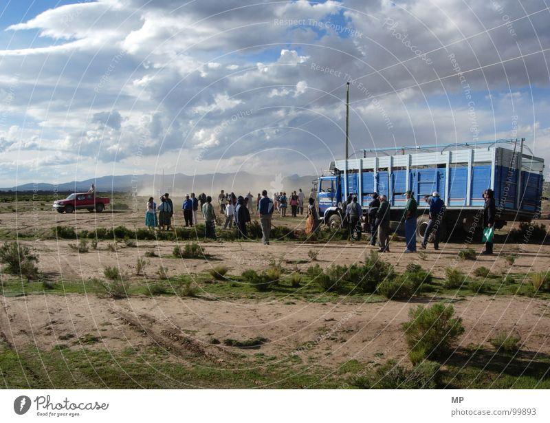 The Bolivian Surprise Mensch Himmel blau Ferien & Urlaub & Reisen Sand Abenteuer Wüste Wut lang Lastwagen Barriere chaotisch Ärger Südamerika tiefstehend Panne