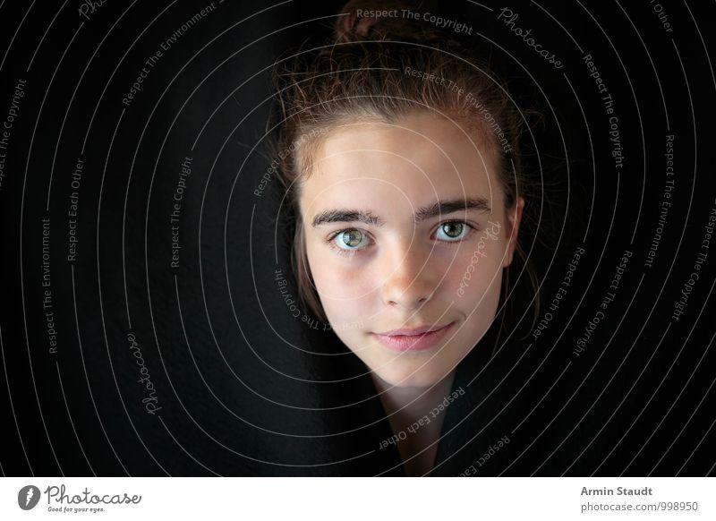 Schwarzer Vorhang - Porträt Lifestyle Design Gesicht Mensch feminin Junge Frau Jugendliche Auge 1 13-18 Jahre Kind brünett Stoff Lächeln Blick authentisch