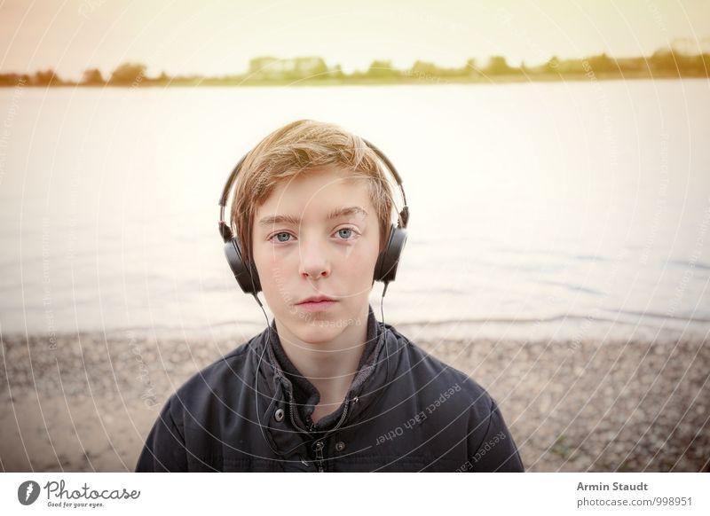 Mit Kopfhörern am Rhein Mensch Kind Jugendliche schön Erholung Landschaft ruhig Herbst Stimmung Lifestyle maskulin Idylle Zufriedenheit authentisch 13-18 Jahre