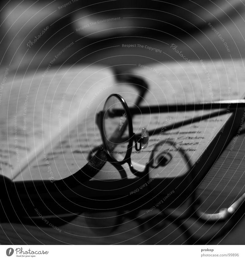 Notizbuch - I Linie Buch geschlossen Tisch Brille lesen Buchstaben schreiben Konzentration Seite Wort Zettel Tiefenschärfe poetisch Notizbuch Handschrift
