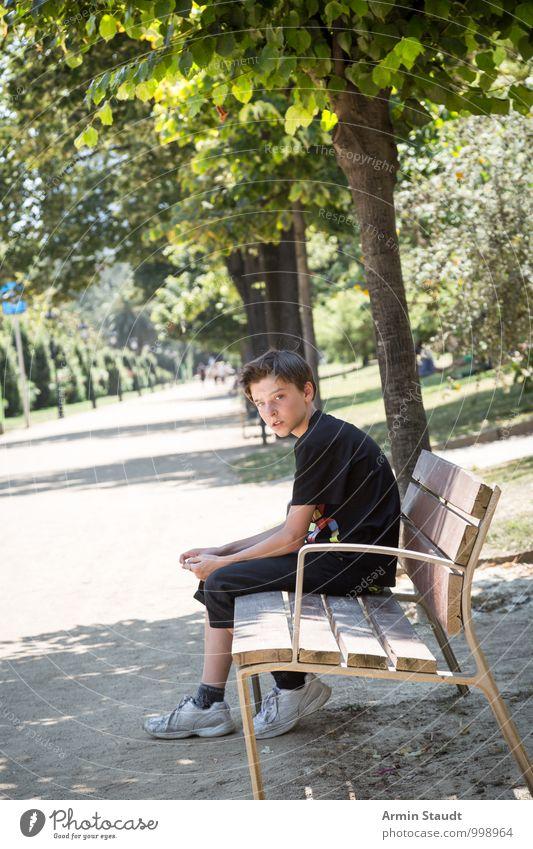 Junge - Park - Bank Mensch Kind Natur Ferien & Urlaub & Reisen Jugendliche Sommer Baum Erholung Einsamkeit Wege & Pfade natürlich Garten Lifestyle maskulin