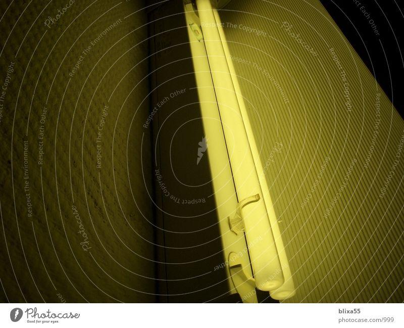Leuchtstoffröhre Neonlicht Indirektes Licht Stil zumtobel Beleuchtung gelber schatten designlampe modern stylish klar strukturiert lighting yellow shade