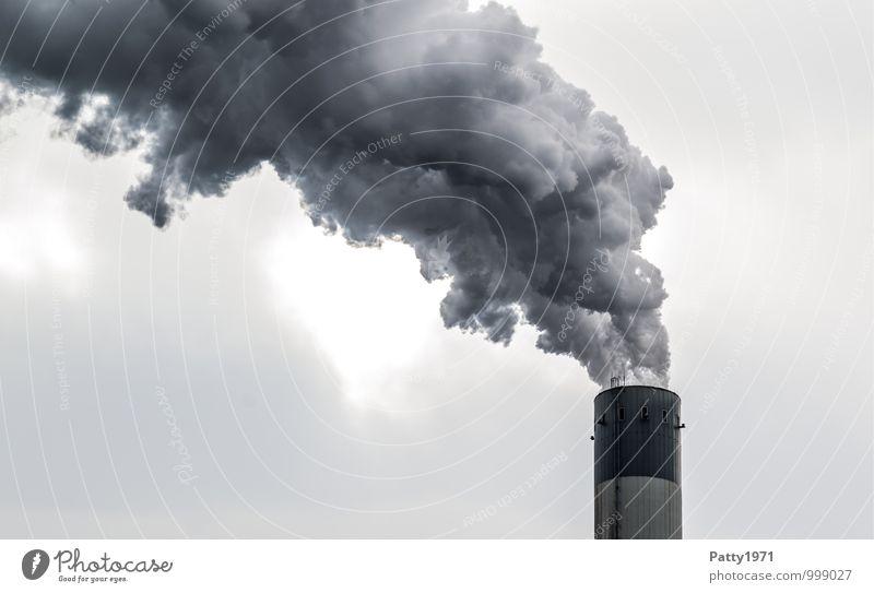 Schlot Energiewirtschaft Kohlekraftwerk Industrie Wasserdampf Abgas CO2-Ausstoß Klimawandel Industrieanlage Schornstein Rauchen dreckig dunkel trist bedrohlich