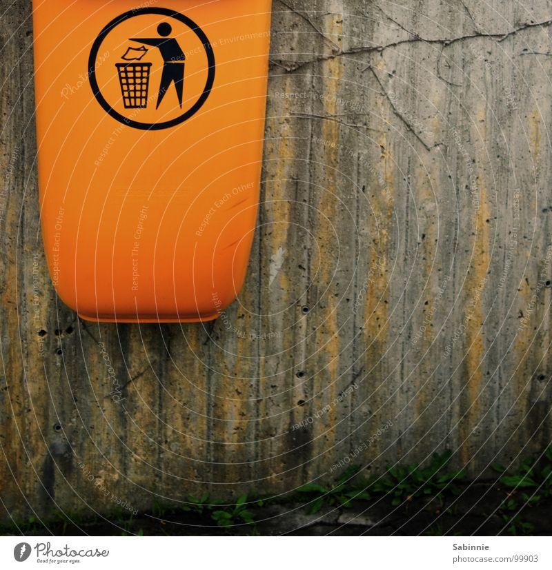 Mülleimer Mauer Wand Beton Kunststoff dreckig Müllbehälter Papierkorb Recycling orange Farbfoto Gedeckte Farben Außenaufnahme Detailaufnahme Textfreiraum rechts