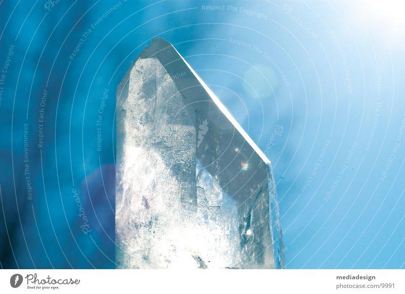 Kristall Bergkristall durchsichtig Gegenlicht Kristallstrukturen Himmel blau Stein Mineralien Energiewirtschaft