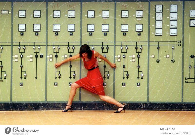 TO PLAY WITH THE BOMB :::::. Mensch Frau grün rot Freude Wärme Bewegung lustig Gras Spielen Zeit Lampe gehen Erde Raum Angst