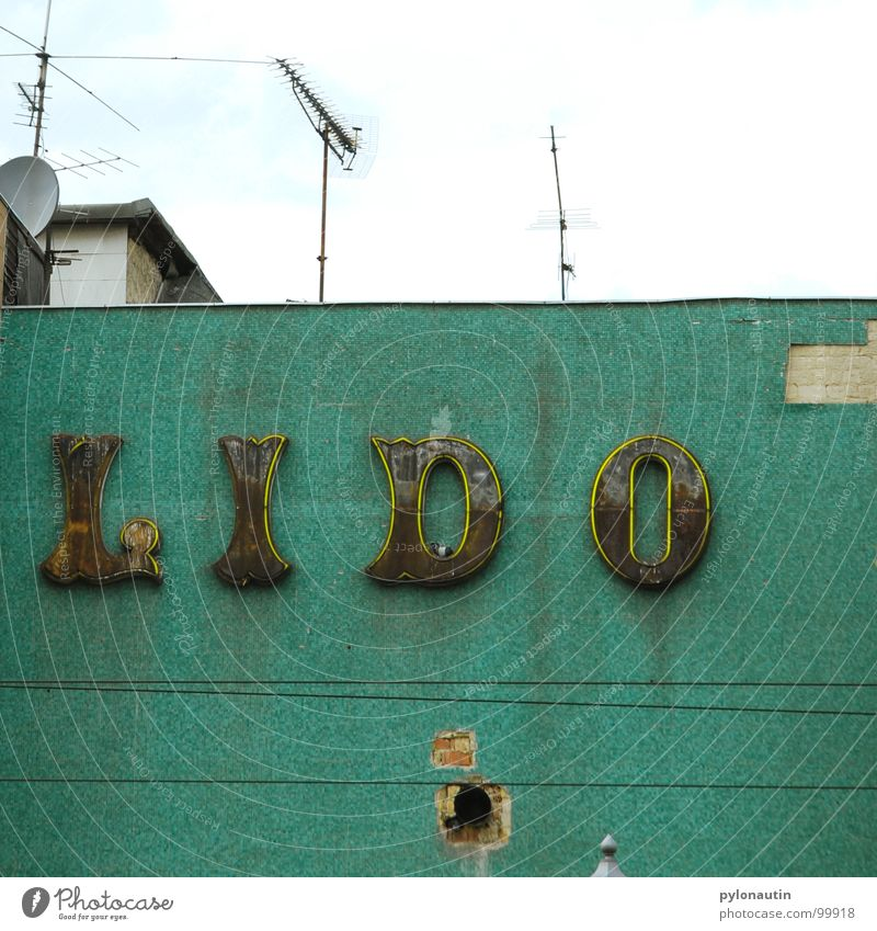 Lido türkis Leuchtreklame Haus Typographie Dach Antenne Wand verfallen Kabel Himmel