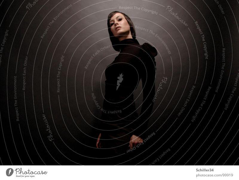 gschpænli 02 Frau Hand schön schwarz Gesicht dunkel Wand Haare & Frisuren Stil Mode hell Deutschland Beleuchtung elegant Arme glänzend
