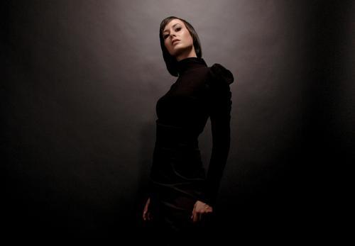 gschpænli 02 Frau Junge Frau Beautyfotografie Dame Model schön Glamour Hochmut lässig elegant dunkel schwarz Licht Lichteinfall glänzend Studioaufnahme