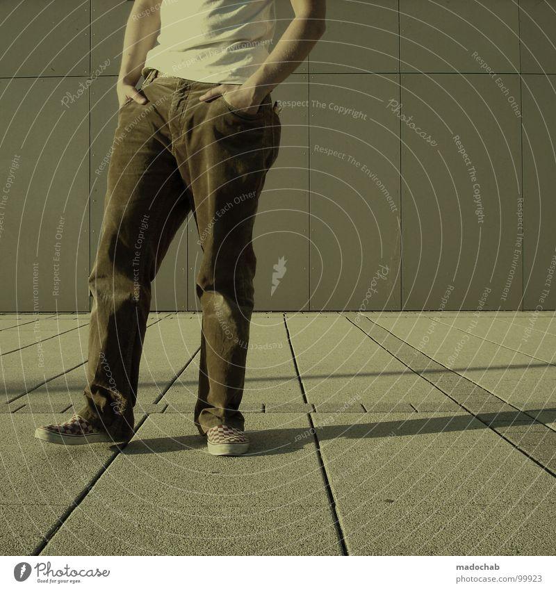 ICH MAG ORANGE Mensch Mann Jugendliche Einsamkeit Stil Mode Schuhe leer stehen Lifestyle Coolness T-Shirt Körperhaltung einfach Hose dumm
