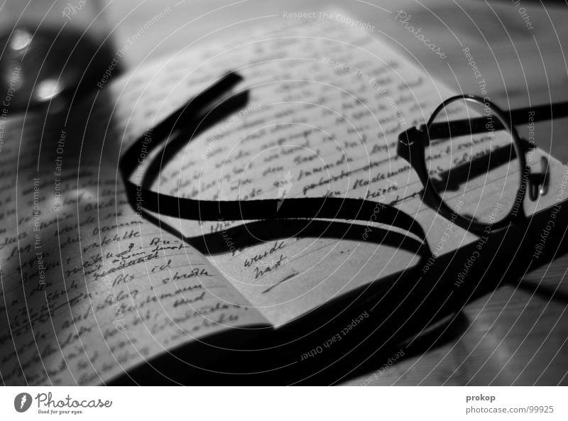 Notizbuch - II Zettel Brille lesen Buchstaben Handschrift poetisch geschlossen Gedicht Wort Tagebuch aufgeschlagen Tisch Tiefenschärfe unleserlich Kunst Kultur
