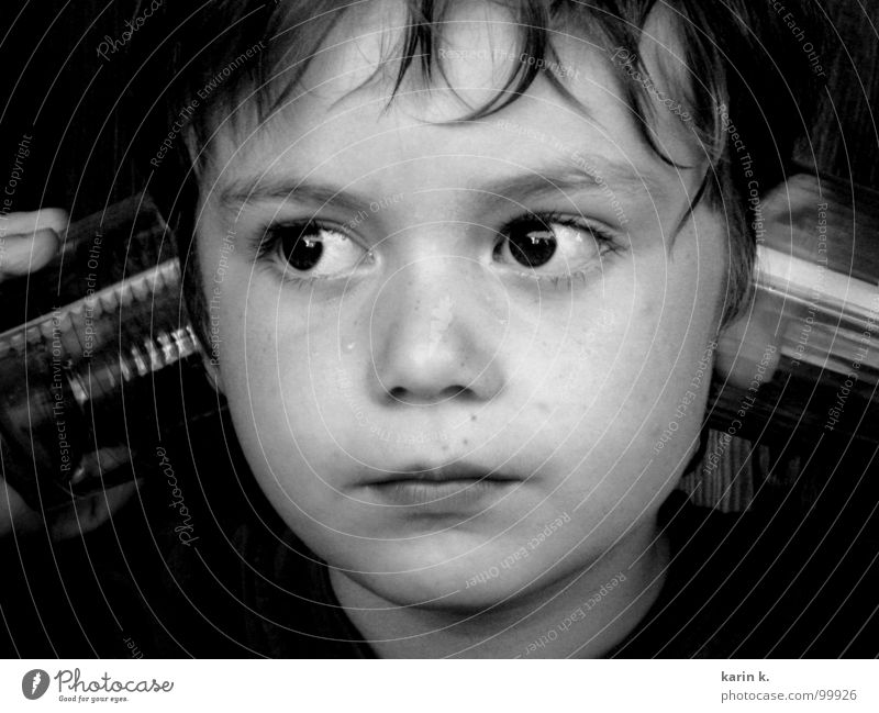 wenn man ganz genau hinhört... Kind weiß Gesicht schwarz Auge Junge Spielen Haare & Frisuren Denken Glas Nase Ohr Lippen hören Wachsamkeit Augenbraue