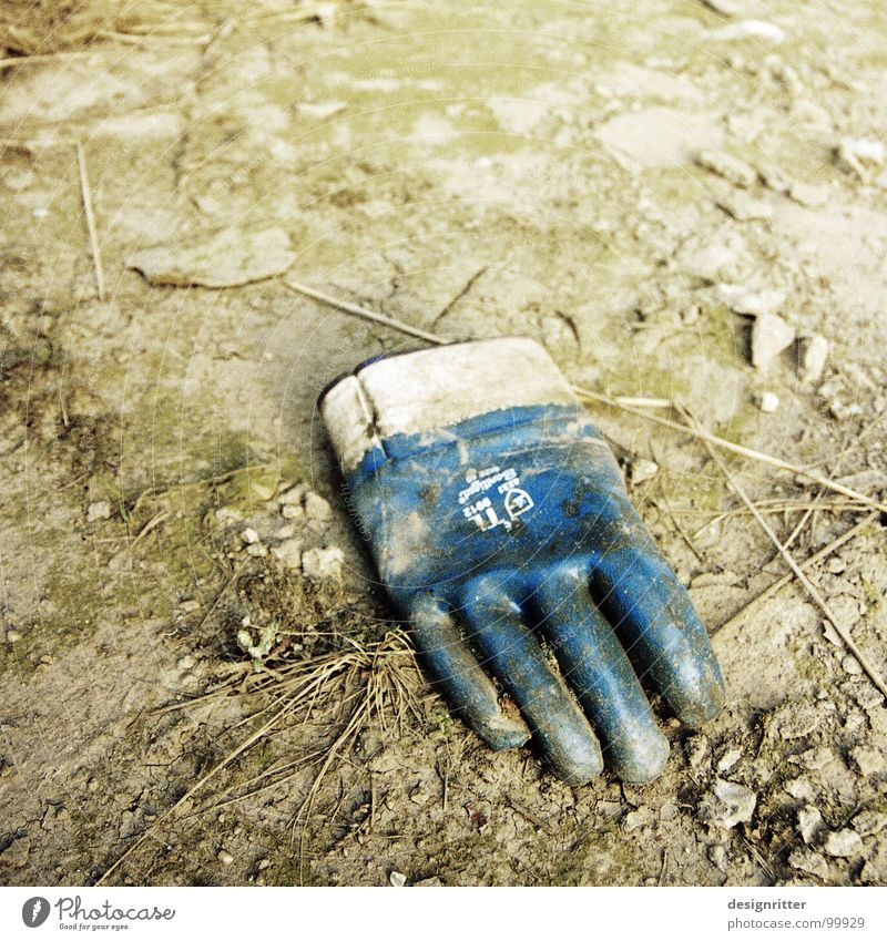 Feierabend alt Hand Erde dreckig Finger Industrie Schutz Müll brennen Ruhestand Handschuhe gebraucht Säure verletzen unbrauchbar Verachtung