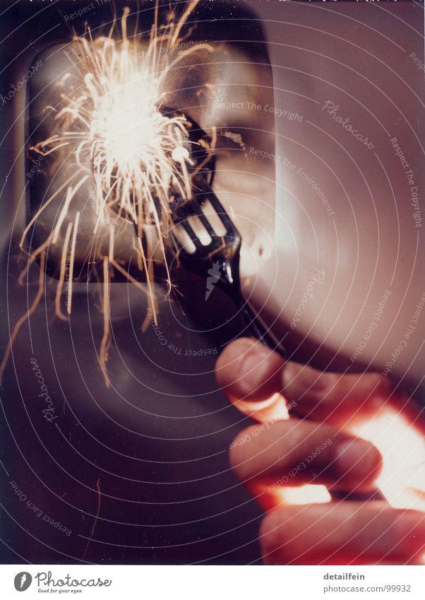 AUTSCH... Gabel Hand Blitze bedrohlich hell gefährlich Elektrizität Steckdose Wand fatal Farbfoto Gedeckte Farben Studioaufnahme Detailaufnahme Licht