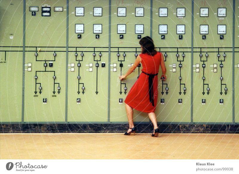 TO PLAY WITH THE BOMB ::::::: Mensch Frau grün rot Freude Wärme Bewegung lustig Gras Spielen Zeit Lampe Linie gehen Erde Raum