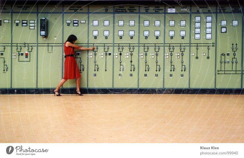 TO PLAY WITH THE BOMB :::::::. Mensch Frau grün rot Freude Wärme Bewegung lustig Gras Spielen Zeit Lampe gehen Erde Raum Angst