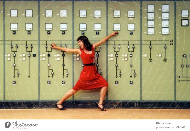 TO PLAY WITH THE BOMB :::::::: Frau süß Kleid rot fantastisch Lampe Tisch Dach diffus Mensch Atombombe töten Bombe Schalter Rad Knöpfe Elektrizität heizen heiß