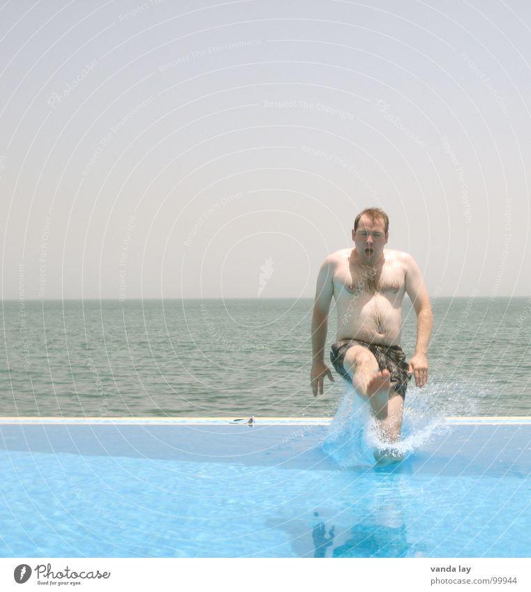 Arschbombe deluxe III Mann blau Wasser Ferien & Urlaub & Reisen Sommer Meer Strand Freude Spielen Küste springen Horizont braun Schwimmen & Baden nass