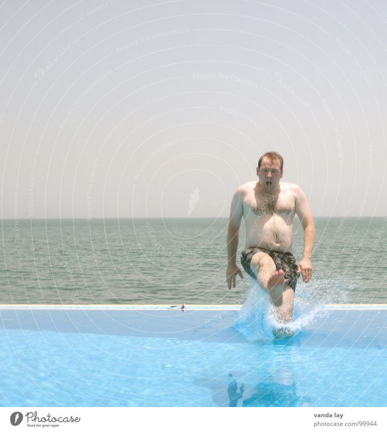 Arschbombe deluxe III Sommer Schwimmbad Ferien & Urlaub & Reisen Meer Bad springen Mann nass spritzen Horizont Erfrischung Shorts braun Freude Strand Küste